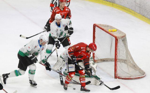 Hokejisti Olimpije in Jesenic so se nazadnje pomerili v finalu DP, prvi derbi nove sezone pa bo na Bledu v soboto. FOTO Voranc Vogel/Delo