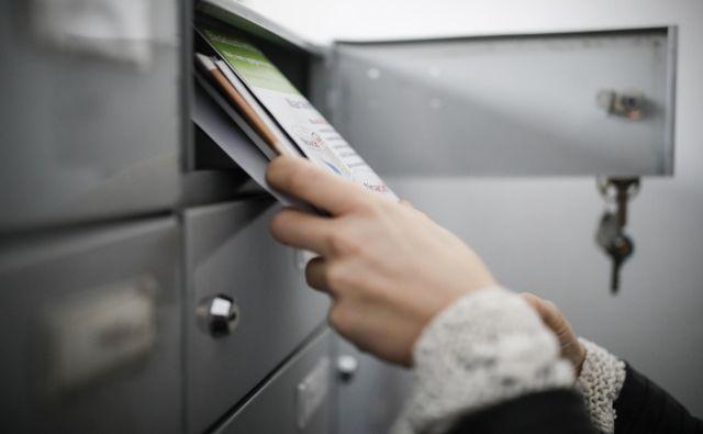 Ali kupite kdaj računalniški kopirni papir, ovojnico in znamko ter belino popišete na enem ali dveh listih? Foto Uroš Hočevar