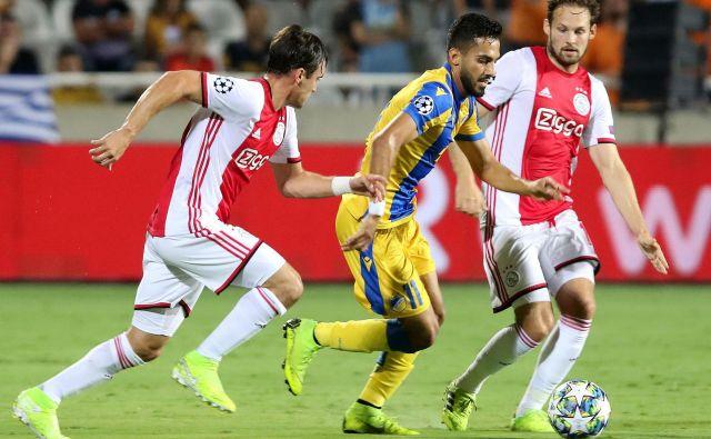 Zvezni igralec ciprskega prvaka Musa Suliman je s hitrostjo povzročal veliko preglavic Ajaxovima zvezdnikoma Nicolasu Tagliaficu (levo) in Daleyju Blindu. FOTO: AFP