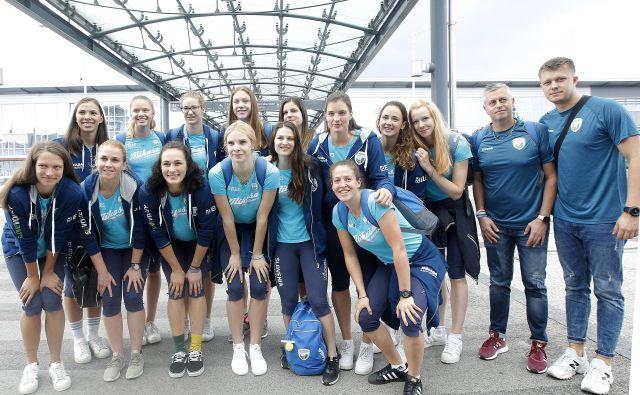 Slovenska ženska odbojkarska reprezentanca in strokovno vodstvo so z brniškega letališča nasmejano odšli na EP na Poljsko. FOTO: Mavric Pivk
