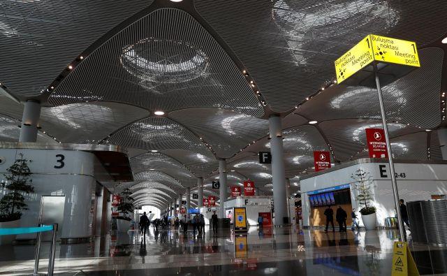 Pri projektiranju visokih, obokanih prostorov v glavnem terminalu je arhitekte navdihnila Sulejmanova mošeja, ena najznamenitejših in najlepših v mestu. FOTO: Murad Sezer/Reuters