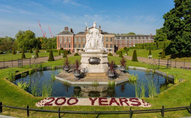 Kraljica Viktorija se je v Kensingtonski palači (v ozadju) rodila in preživela otroštvo, ki ga je opisovala kot zelo nadzorovano. Foto Historic Royal Palaces/ Richard Lea-Hair