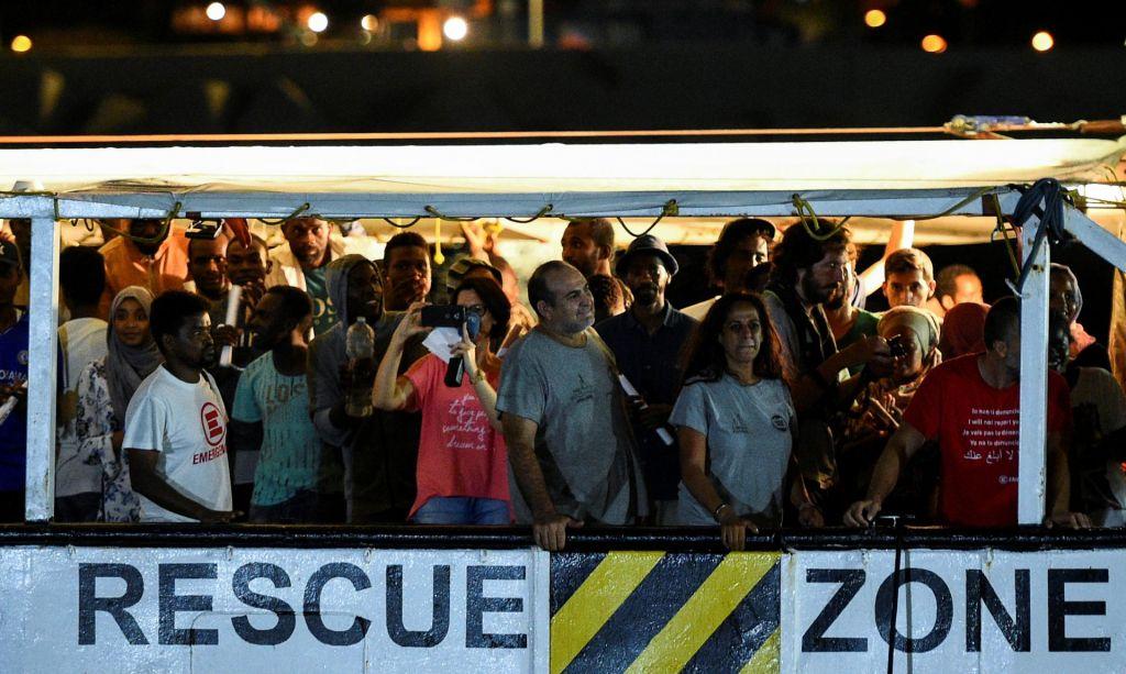 FOTO:Migrante izkrcali ob prepevanju partizanske O Bella ciao