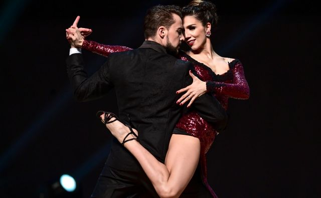 V Buenos Airesu te dni poteka vsakoletno svetovno prvenstvo v tangu. Na fotografiji plešeta Argentinca Carla Dominguez in Julio Seffino. FOTO: Ronaldo Schemidt/AFP