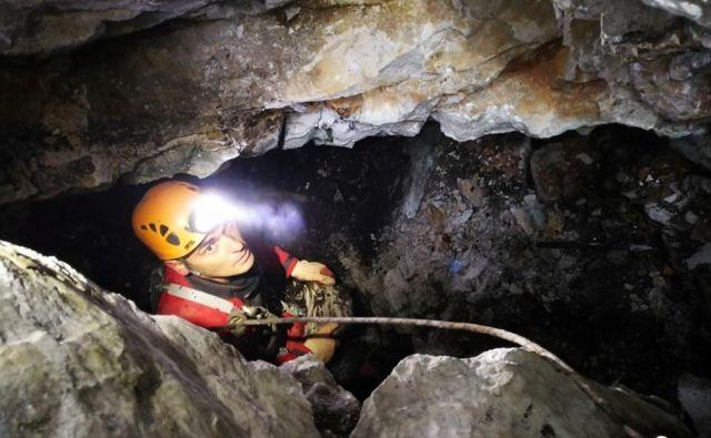 Vhodni del v jamo je potrebno razširiti in stabilizirati zaradi transporta poškodovanca. FOTO: Maks M., Edvard G. in JDDR Ajdovščina