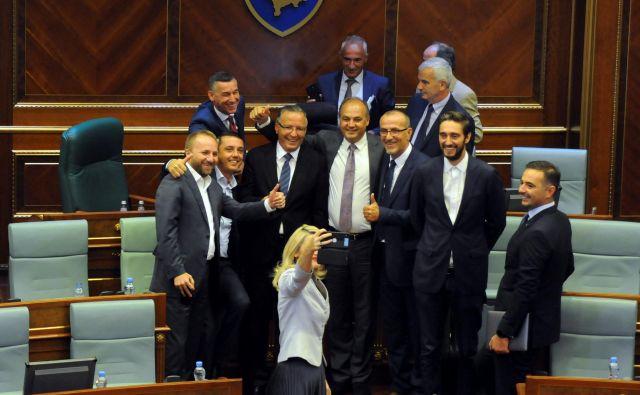 Razpad parlamenta je edinstvena in za nekatere poslance tudi zadnja priložnost za selfije. Foto: Laura Hasani/Reuters