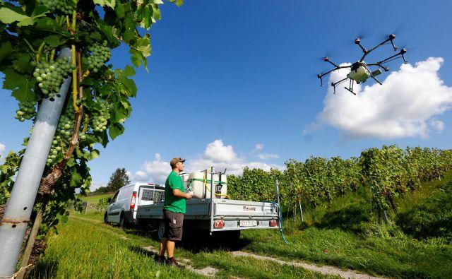 Slovensko kmetijstvo je pri digitalizaciji le nekoliko naprej od začetka. Drugače je v Švici, kjer kmetje za škropljenje vinogradov uporabljajo drone. FOTO Reuters