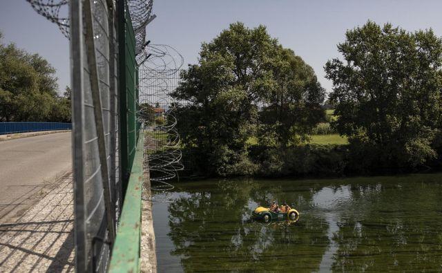 V teh dneh se je na meji s Hrvaško postavljati novih 40 kilometrov panelne ograje. FOTO: Voranc Vogel/Delo