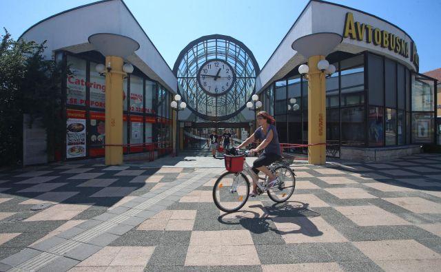 Mariborska postaja je bila ob odprtju leta 1989 med najlepšimi v Evropi; zdaj jo »odlikujejo« zanemarjen podhod in prazni lokali v atriju. FOTO: Tadej Regent