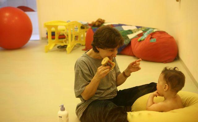 Psihoterapevtka Einat Kadosh med terapijo z malčkom. FOTO: arhiv centra Mifne