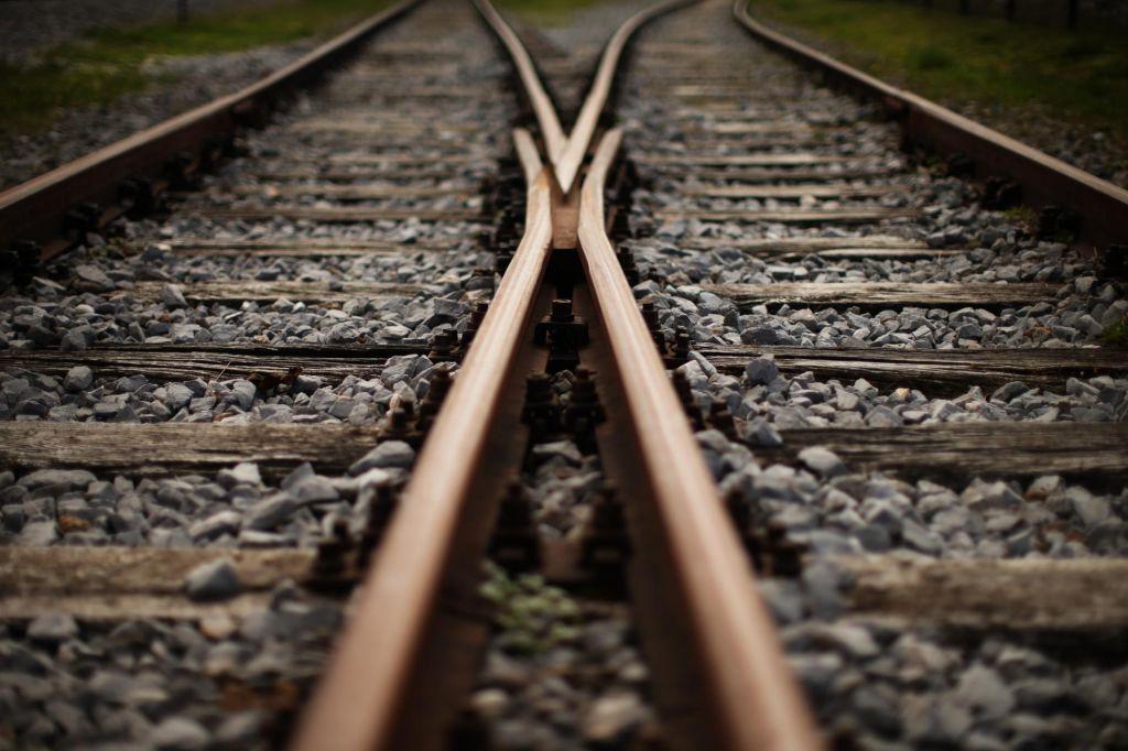 Vlak na kamniški progi trčil v mladoletno osebo