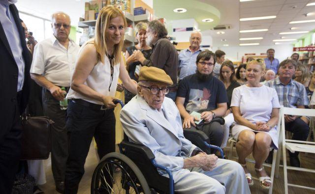 Tudi lani so se Pahorju, takrat 105-letniku, poklonili v Konzorciju. Na fotografiji z asistentko Vero Radić. FOTO: Voranc Vogel