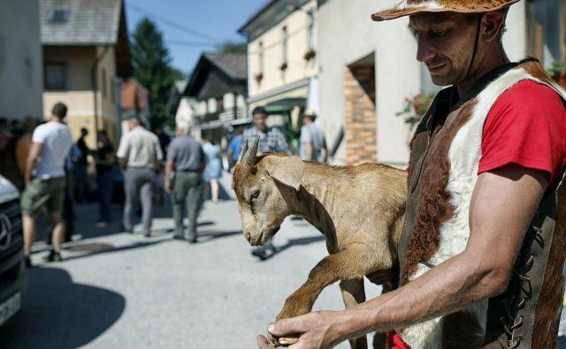 Varuhi narave« so na protestih oblečeni v živalsko krzno in vzklikajo, da Slovenija ne bo zverinjak. FOTO: Blaž Samec