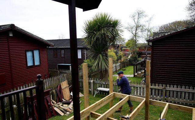 Tudi v Veliki Britaniji gradijo vse več mobilnih hiš. Nekateri pravijo, da se je rast začela z brexitom, ki prinaša negotovost.Foto Reuters