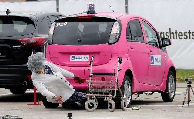 V švicarskem Duebendorfu so izvajali teste varnosti z Mitsubishijevim električnim avtom i-MiEV. Na testu so si pomagali tudi z lutkami. FOTO: Moritz Hager/REUTERS