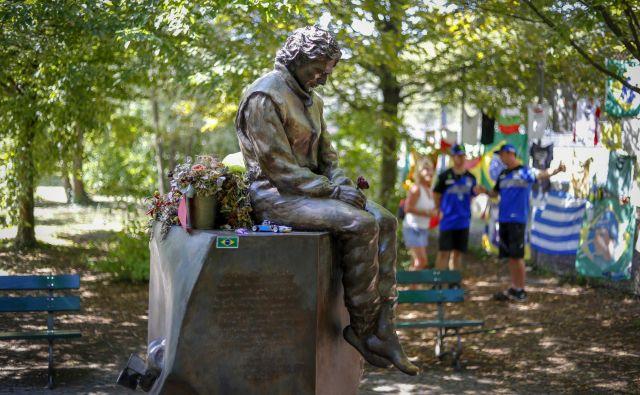 Spomin na Ayrtona Senno je zelo živ. V parku ob kultnem dirkališču v Imoli spomenik obiskujejo ljudje z vseh koncev sveta. FOTO: Matej Družnik/Delo