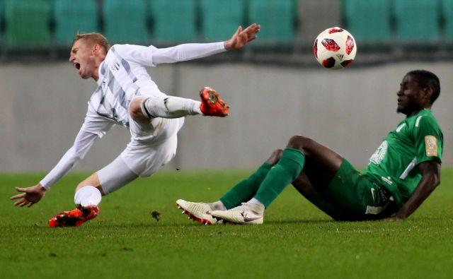 Kamerunski branilec Macky Bagnack (desno) je že odigral zadnji derbi proti Muri in zadnjo tekmo v Olimpijinem dresu ter le še čaka na uradno potrditev odhoda. Najverjetnejša je selitev k beograjskemu Partizanu. FOTO: Tomi Lombar