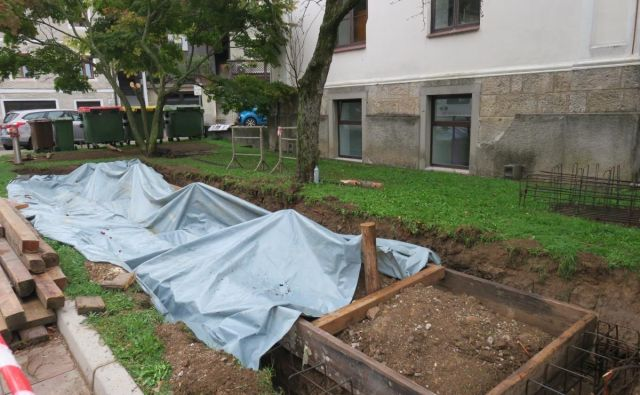 Gradnja električnih polnilnic je v polnem teku. FOTO: Občina Idrija