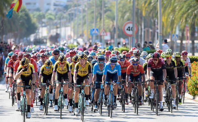 Kolesarji ekipe Jumbo Visma (levo v rumenih dresih) so bili s Primožem Rogličem osmoljenci 1.etape, a so dan kasneje že prikolesarili v ospredje. FOTO: AFP
