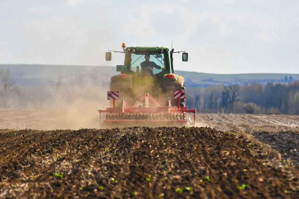 Pri vožnji traktorja se je smrtno ponesrečil 22-letnik