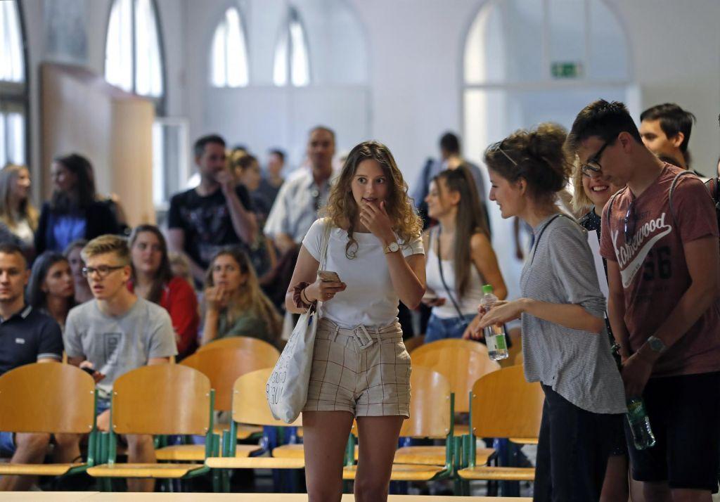 FOTO:Od brezplačnih učnih gradiv za drugošolce do izključitve srednješolcev