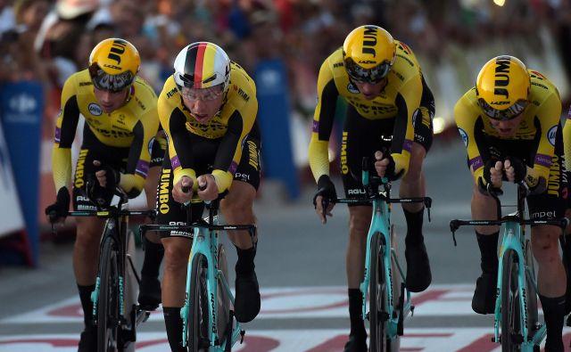 Ekipa Jumbo Visma je bila s Primožem Rogličem na poti k morebitni etapni zmagi, ko je na spolzkem ovinku prišlo do padca. FOTO: AFP