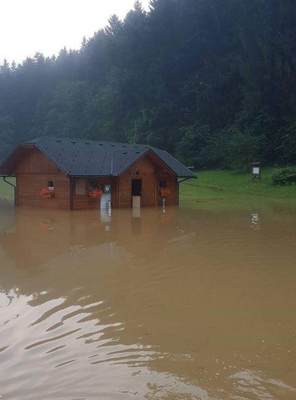 FOTO:Slovenijo zajelo hudo neurje - toča, udari strel, poplavljene kleti in plazovi