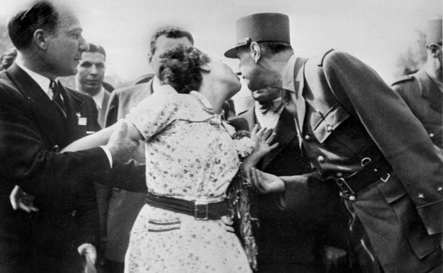 Ženska poljublja generala de Gaulla. FOTO: Afp