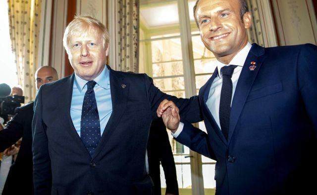 Britanski premier Boris Johnson in francoski predsednik Emmanuel Macron. FOTO: Pool Reuters