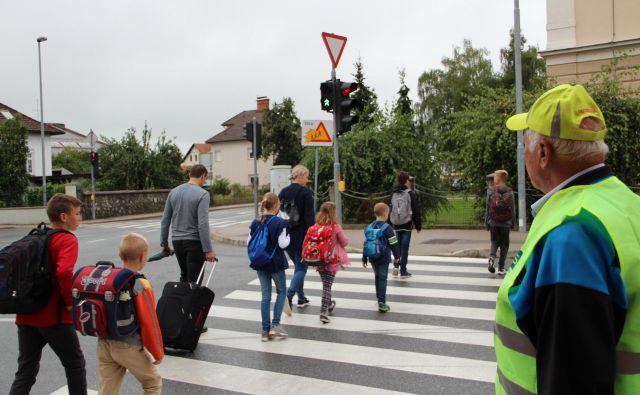 Prosotovljci, ki pomagajo pri varni poti v šolo, so na križiščih in prehodih dvakrat dnevno. FOTO: Simona Fajfar