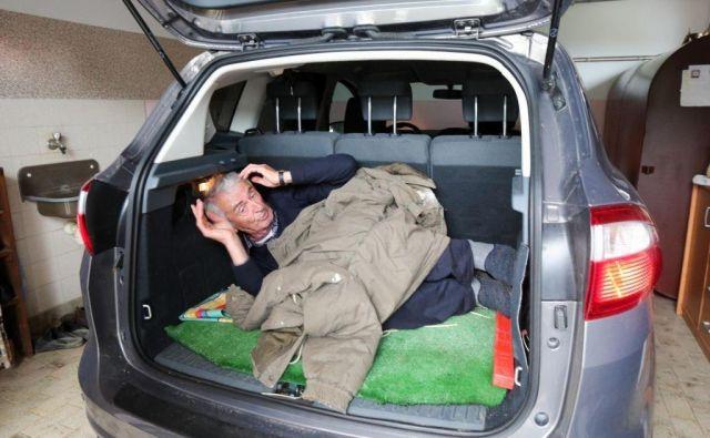 Miroslav Moravec je pokazal, kako so ga strpali v njegov avto. FOTO: Marko Feist/Delo
