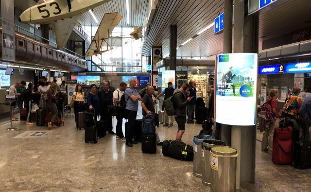 Potniki so na Brniku morali iskati nadomestne lete. Foto Aljaž Vrabec