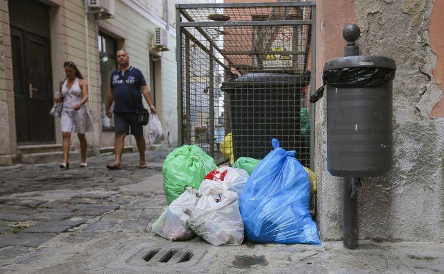 Gneča zaradi obiskovalcev mesta zahteva tudi učinkovitejši odvoz smeti. FOTO: Jože Suhadolnik