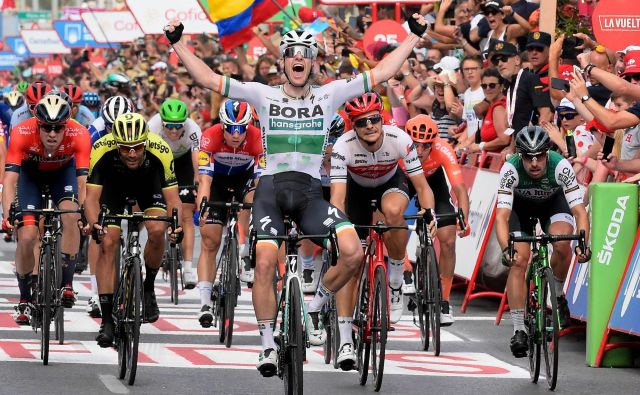 Luka Mezgec (drugi z leve) je v zadnjih metrih kot za stavo prehiteval tekmece, le Sam Bennett (v ospredju) in Edward Theuns sta bila predaleč. FOTO: AFP