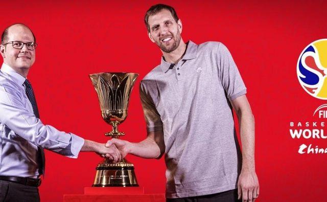 Andreas Zagklis (levo) z enim od ambasadorjev SP Dirkom Nowitzkim. FOTO: FIBA