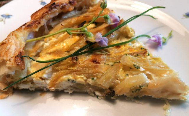 Testo zapognemo proti notranjosti pite, katero še potresamo s kozjim sirom in premažemo z razžvrkljanim jajcem. Foto: Tanja Drinovec