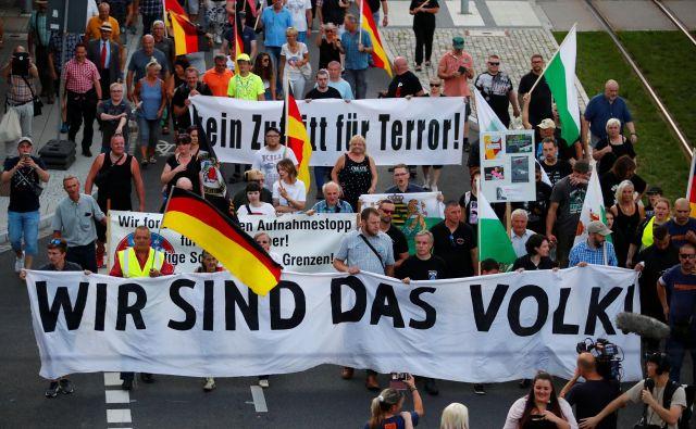 Ob prvi obletnici tragičnega dogodka je gibanje Za Chemnitz pripravilo proteste, na katerih se je zbralo manj ljudi, kot je bilo napovedano. Foto Reuters