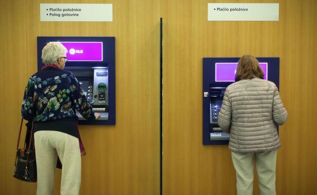 Med pogostejšimi podražitvami je dvig nadomestil za dvige na bankomatih drugih bank. FOTO: Jure Eržen