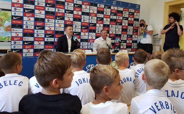 Matjaž Kek med novinarsko konferenco na osnovni šoli bratov Polančič v Mariboru. FOTO: Jernej Suhadolnik