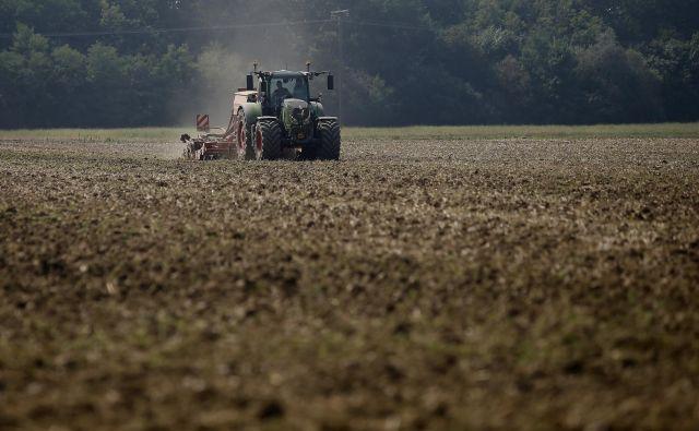 Štefan Ceküt, eden večjih kmetov v Prekmurju, si ne predstavlja kmetovanja brez naprednih tehnologij. Prinašajo mu prihranke pri gorivu, škropivih, repromaterialu in so bolj prijazne do okolja. FOTO: Blaž Samec