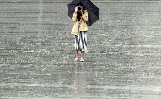 Malce radioaktiven dež poleti ni nič nenavadnega. FOTO: Roman Šipić/Delo
