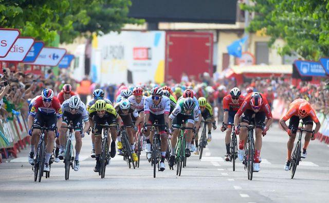 Fabio Jakobsen (levo) je bil najhitrejši v 4. etapi Vuelte, Luka Mezgec (tretji z leve) pa ni imel dovolj moči, da bi se boril za zmago. FOTO: AFP