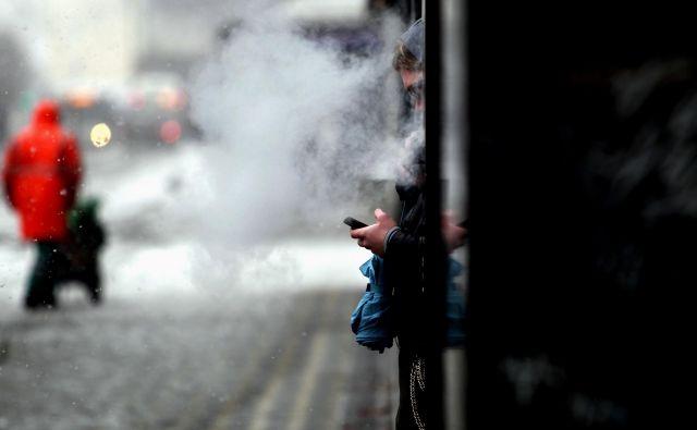Elektronske cigarete niso dokazano učinkovit način pomoči pri opuščanju kajenja, poudarjajo na NIJZ. Foto Roman Šipić