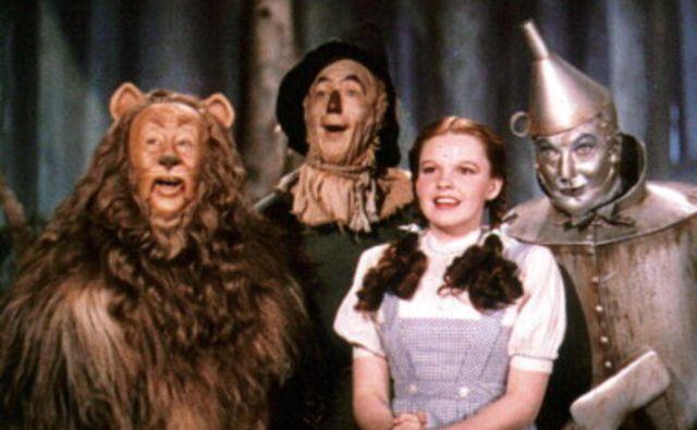 Doroteja in njeno spremstvo na poti – plašni Lev, Pločevinko in Strašilo. FOTO: MGM
