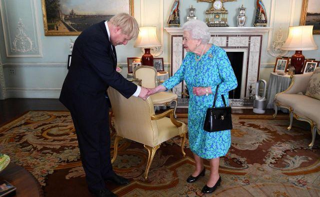 Začasna razpustitev parlamenta je del običajne procedure pred kraljičin govorom, a tokrat jo je mogoče razumeti tudi kot poskus oteževanja procesa sprejemanja kakršne koli zakonodaje v tekočem zakonodajnem letu. Foto: Victoria Jones/Afp