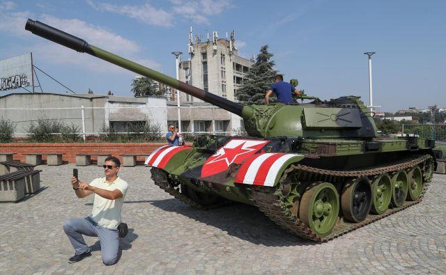 Tank pred beograjsko Marakano naj ne bi imel politinega predznaka. FOTO: Reuters