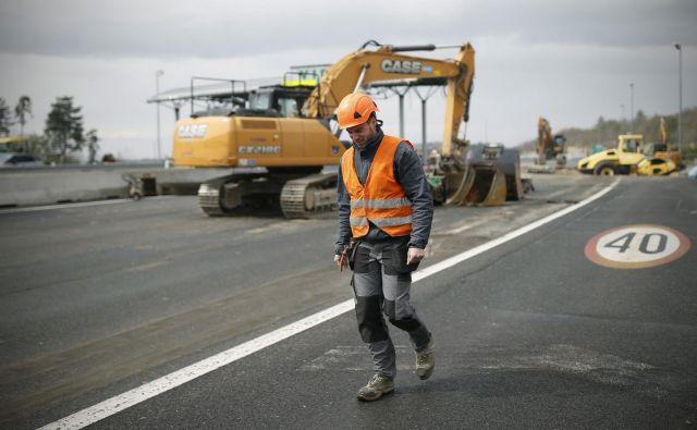 S koncem poletja se na ceste vračajo gradbinci. FOTO Blaž Samec/Delo