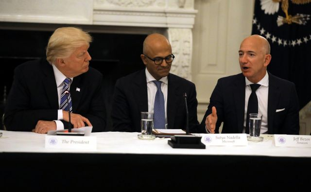 U.S. President Donald Trump and Satya Nadella, CEO of Microsoft Corporation listen as Jeff Bezos, CEO of Amazon speaks during an American Technology Council roundtable at the White House in Washington, U.S., June 19, 2017. REUTERS/Carlos Barria - RC1CA4721F80 Foto Carlos Barria Reuters