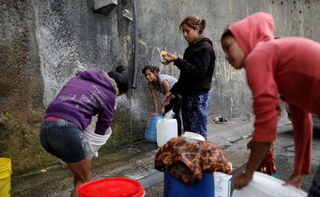 Hudo ekonomsko in humanitarno krizo v Venezueli otežuje tudi kolaps javnih storitev, kot je preskrba z vodo. Foto: Reuters
