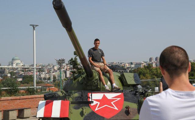 Sociolog Dražen Lalić je tank pred stadionom Crvene zvezde označil za sramotno slavljenje poraza in »grobo zlorabo športa v ekstremistične in in militantne namene«. Foto Reuters